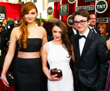 Conventions et autres sorties Sophie-turner-maisie-williams-and-isaac-hempstead-wright-emilia-clarke-560496958