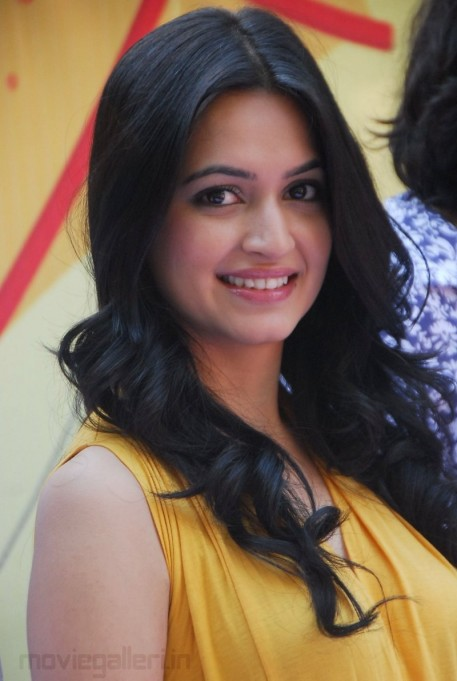 Kriti Kharbanda Latest Stills Photo Gallery