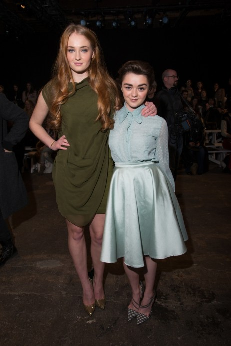 Conventions et autres sorties - Page 2 Sophie-turner-maisie-williams-photo-arturoolmos-1465049878