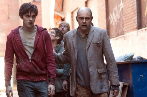 Still Of Nicholas Hoult And Rob Corddry In Iubitul Meu Zombi