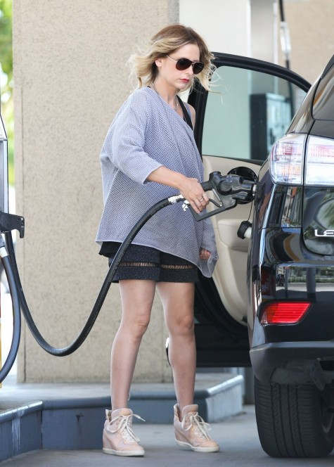 Sarah Michelle Gellar At Gas Station In Santa Monica Beach