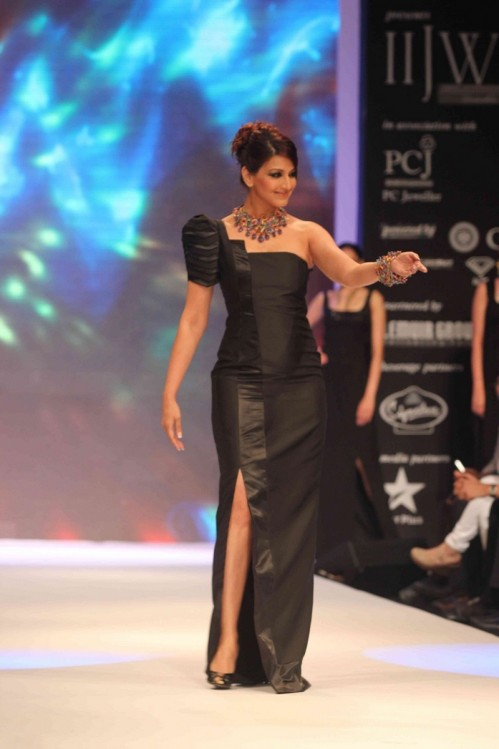 Sonali Bendre Ramp Walk Tollywoodtv