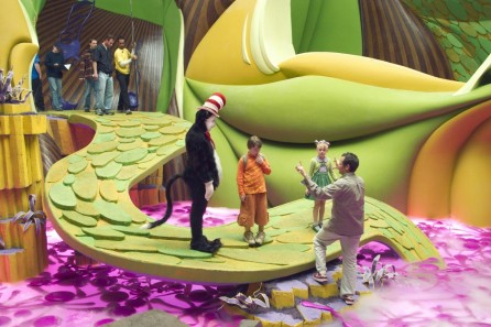 Mike Myers Spencer Breslin Dakota Fanning And Bo Welch In Dr Seuss The Cat In The Hat Large Picture And Dakota Fanning