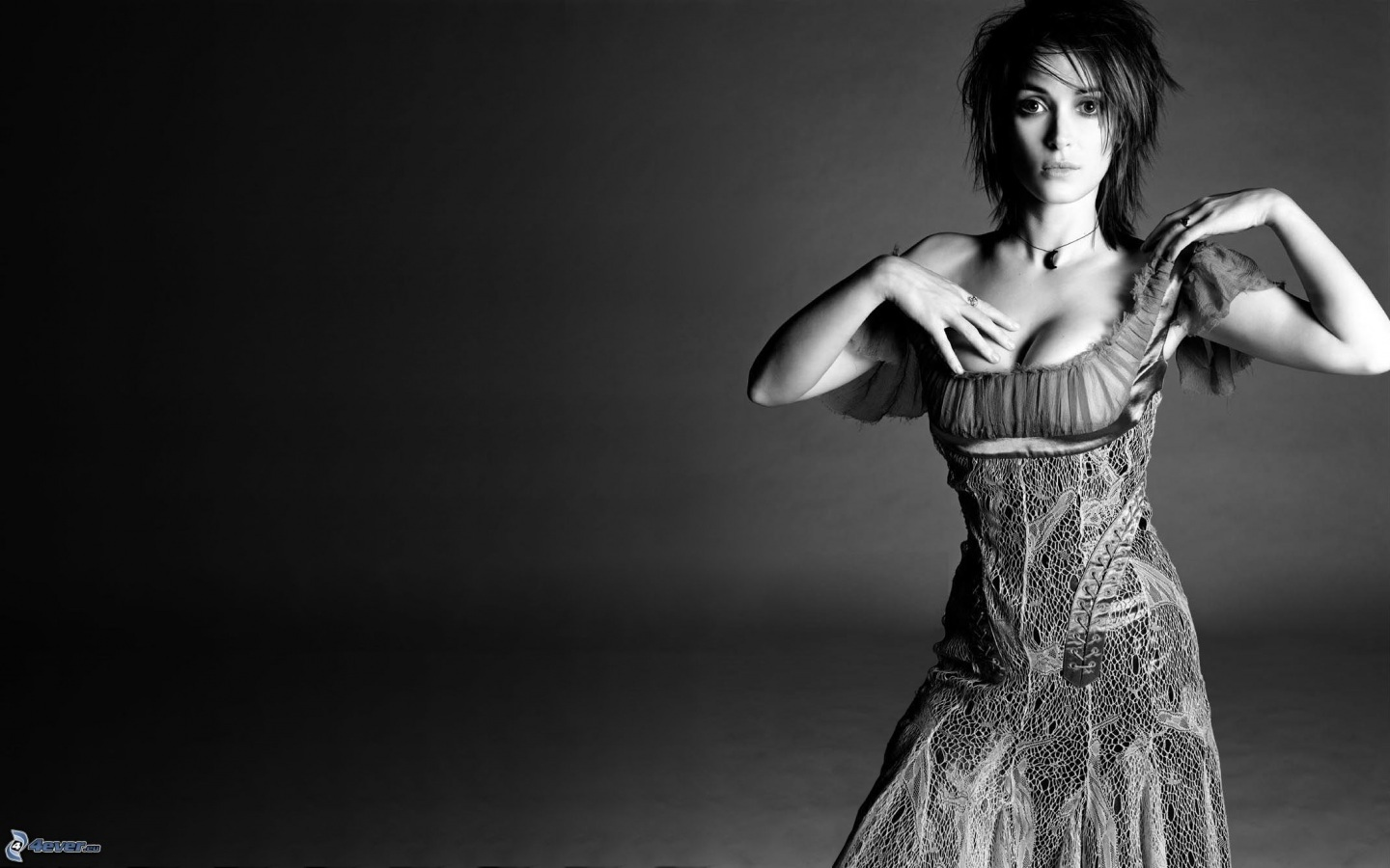 http://cdn29.us1.fansshare.com/images/winonaryder/winona-ryder-black-and-white-photo-sexy-957125583.jpg