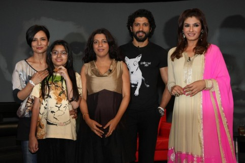 Phd Qy Pzx Pokd Farhan Akhtar With Wife Adhuna Sister Zoya Daughter Shakya On Ndtv Chat Show Issi Ka Naam Zindagi With Show Host Raveena Tandon At Yrf Studios In Mumbai  Family