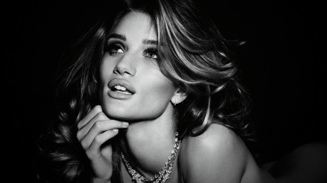 Rosie Huntington Whiteley Hd Post In Pixel Of Style Is Black And White The Girl Curved Face Is Much Emphasized Tv Movies Post Tv
