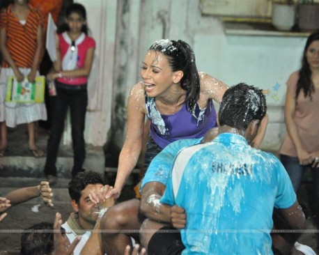 Gladrags Model Rozlyn Khan Plays Cheers And Breaks Dahi Handi Tv