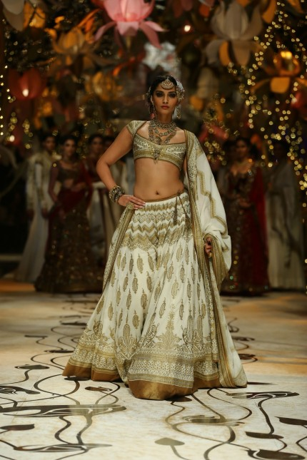 India Bridal Fashion Week Delhi Sonam Kapoor As The Showstopper For Rohit Bals Collection Fashion