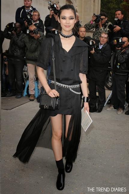 Tao Okamoto Style Chanel Fashion Show Paris Fashion Week Chanel Chain Embellished Boy Bag Chain Choker Skirt